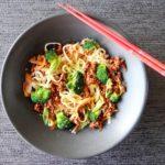 Noedels met gehakt, witte kool en broccoli