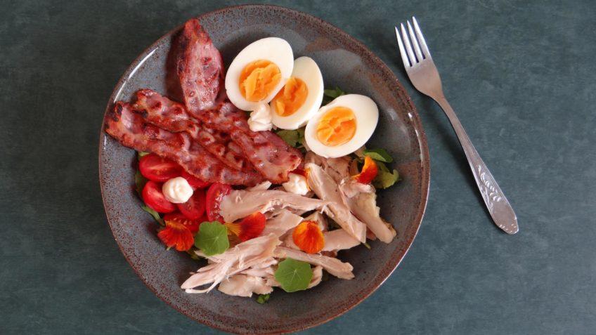 Simpele kipsalade met bacon en ei