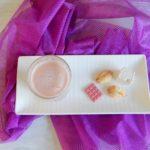 Warme roze chocolademelk