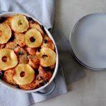 Broodpudding met appel, cranberries en kaneel