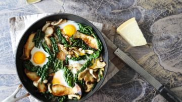 Gemengde paddenstoelen en palmkool met eieren