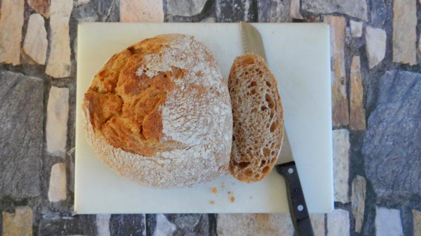 Toast met blauwe kaascrème en ingelegde biet