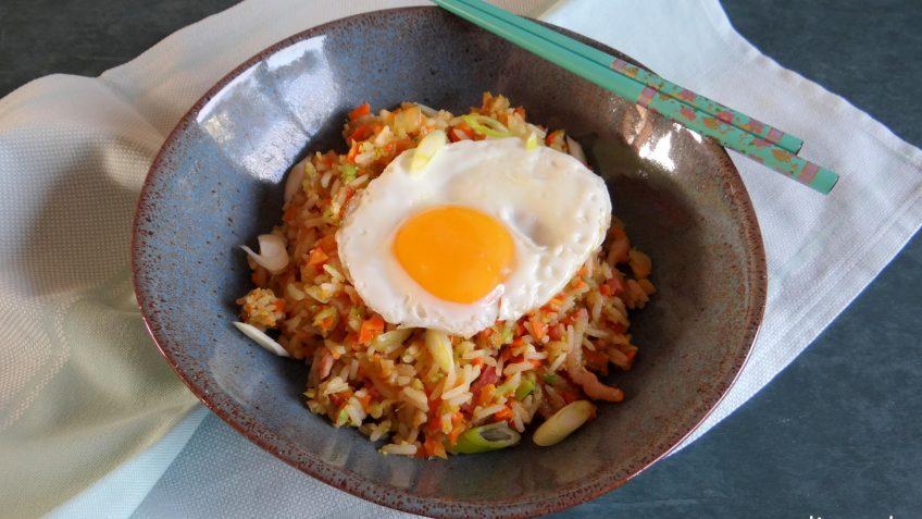 Gebakken rijst met wortel, broccoli en ei