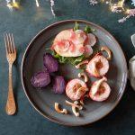 Gevulde kiprolletjes met paddenstoelen, truffelaardappel en salade