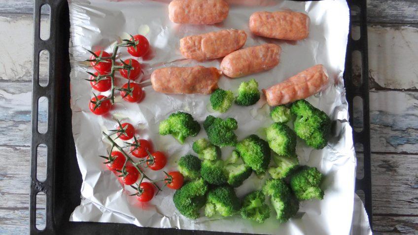 Geroosterde worstjes, broccoli en tomaatjes