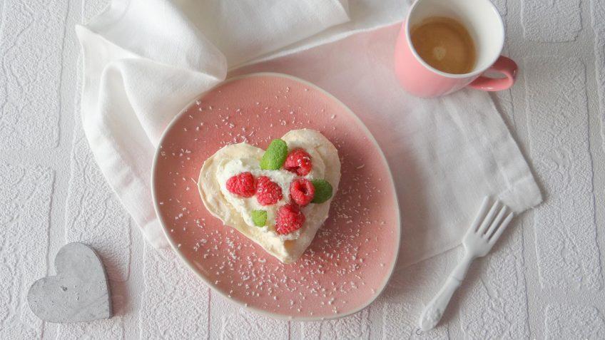 Hartvormige meringues met frambozen