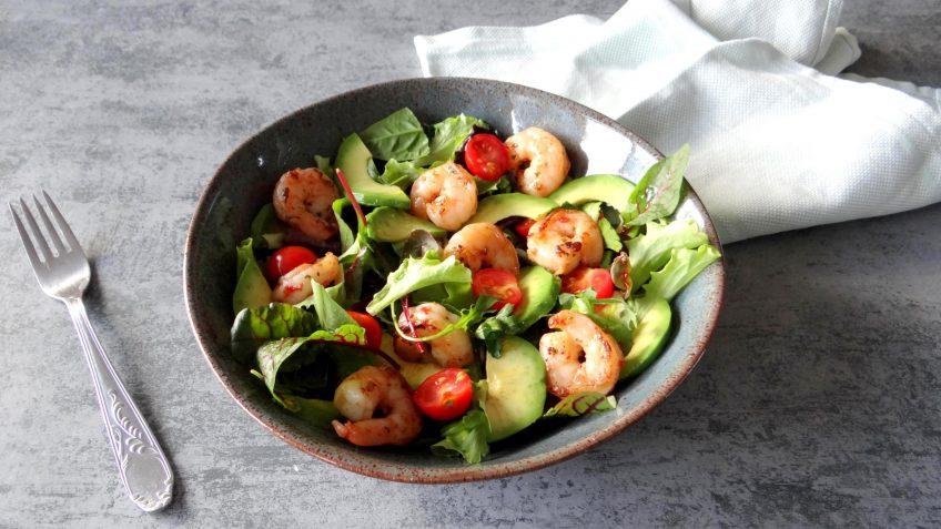 Salade met knoflookgarnalen en avocado