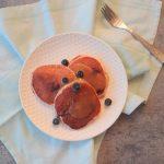 Volkoren blauwe bessen pancakes met lemon curd