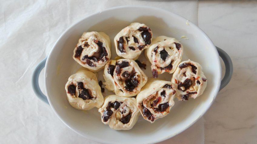 Sticky buns met Amarena kersen en witte chocola