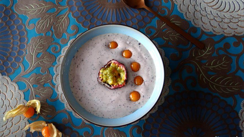 Blauwe bessen banaan smoothiebowl