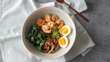 Broccolirijst met garnalen, spinazie en paddenstoelen