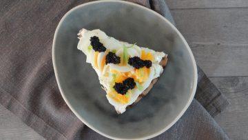 Cracker met gekookt ei en kaviaar