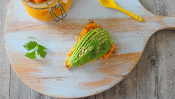 Cracker met wortel hummus en avocado