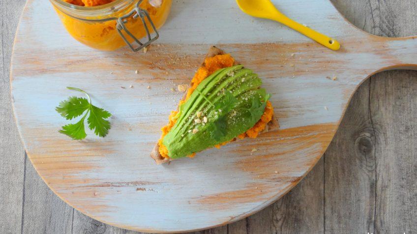 Cracker met wortel hummus en avocado