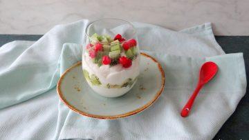 Griekse yoghurt met kiwi en aalbessen