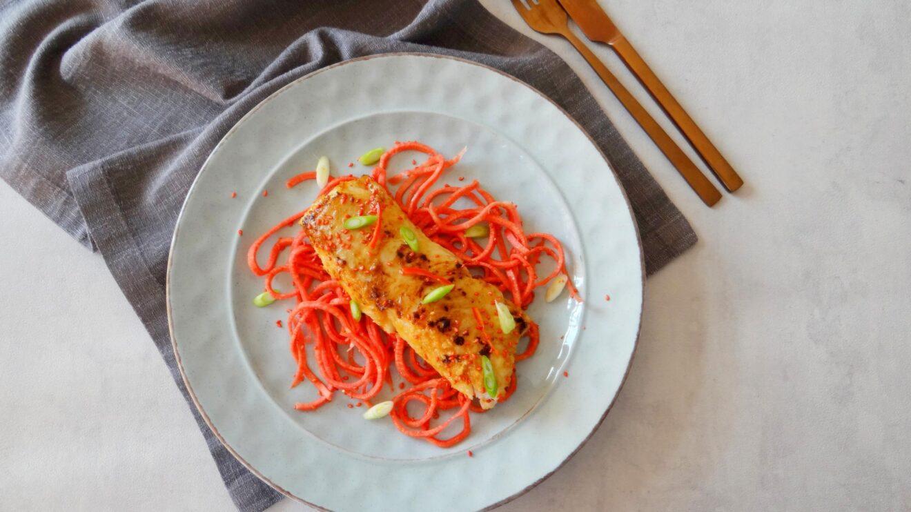 Miso kabeljauw met zoetzure rode wortel noedels