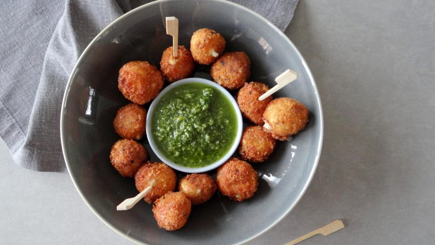 Mozzarella nuggets met pesto