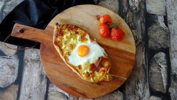 Brood gevuld met kaas en ei