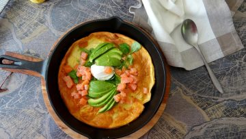 Dutch Baby met avocado en gerookte zalm