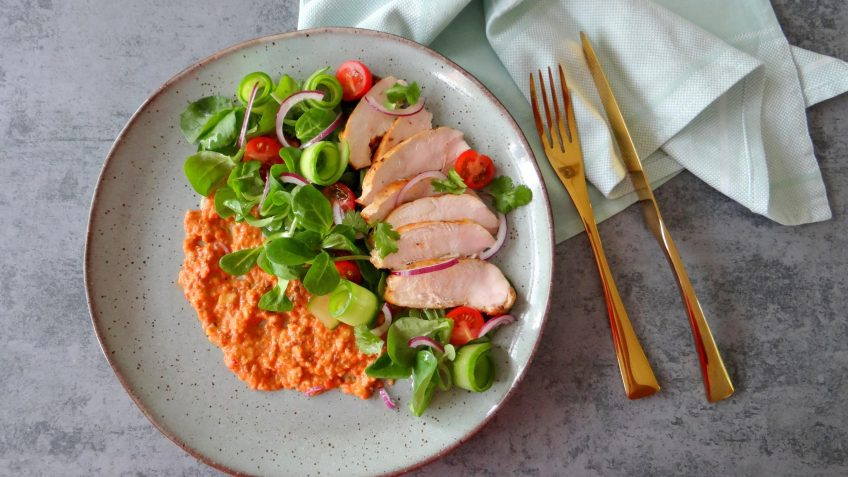 Salade met gegrilde kip en Romesco saus