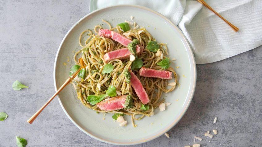 Spaghetti met steak en paranoten waterkerspesto