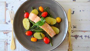 Zalm, krieltjes, aspergetips en tomaatjes uit de oven
