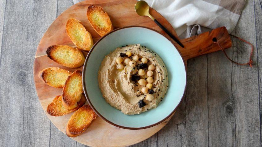 Hummus met zwarte knoflook
