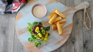 Jamaican hamburger met chipotlesaus