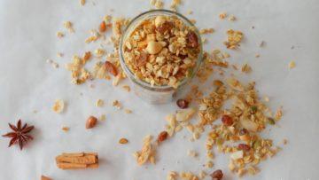 Zelfgemaakte granola met chai kruidenmix
