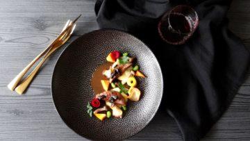 Duivenborst met zwarte knoflookjus
