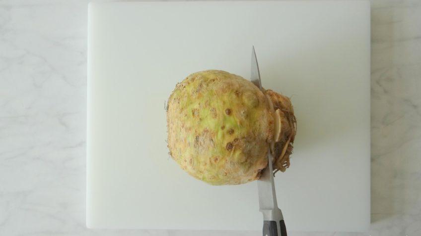 Knolselderijsoep met chorizo en salie