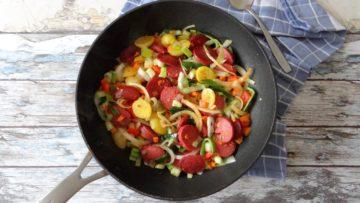Roergebakken aardappeltjes, groente en sucuk