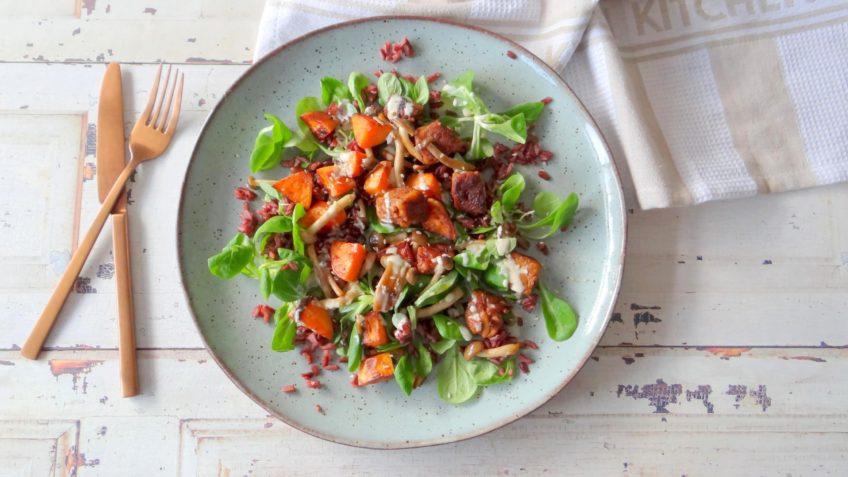 Tempeh met rode rijst, zoete aardappel en paddenstoelen