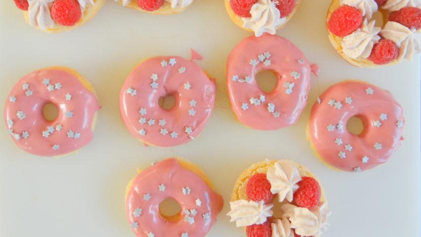 Donuts met slagroom en frambozen
