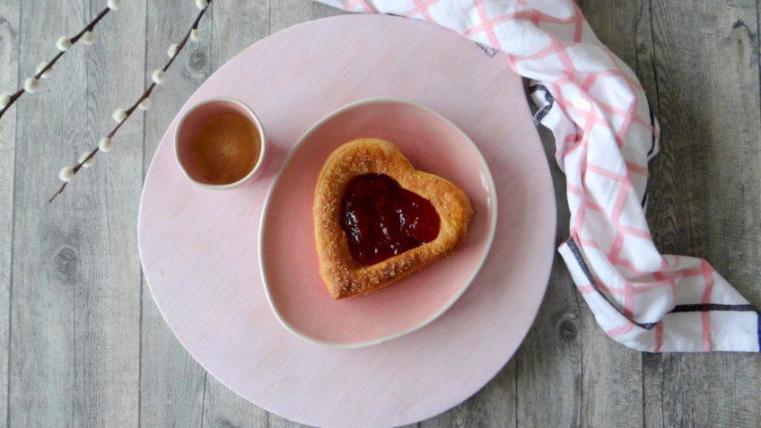 Hartvormige croissants met jam