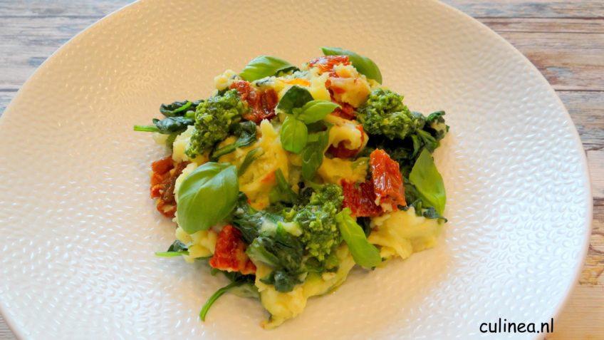 Spinaziestamppot met zongedroogde tomaten en pesto