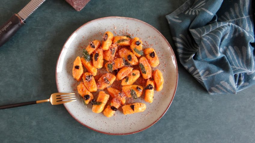 Zoete aardappelgnocchi met zwarte knoflook en nagelhout