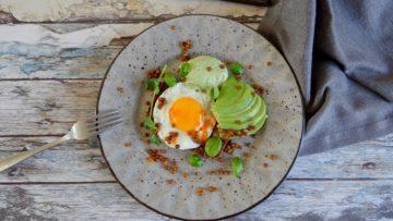 Gebakken ei op toast met groene tahinisaus
