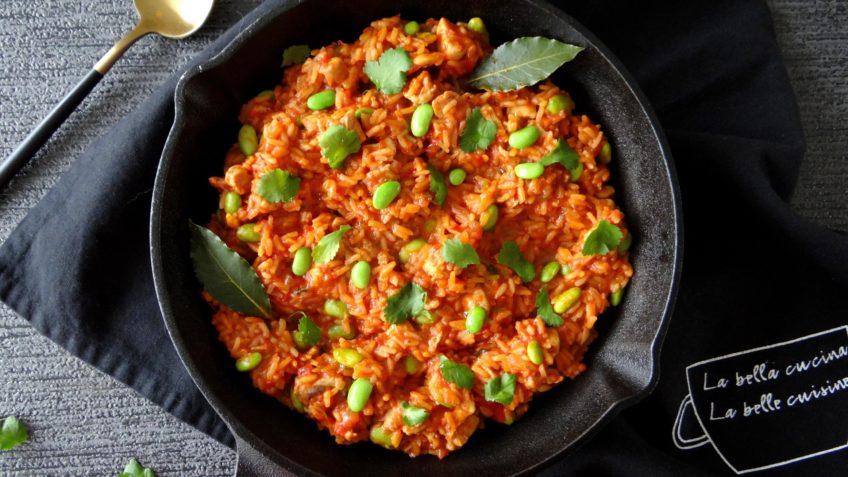 Jollof rijstschotel met kip