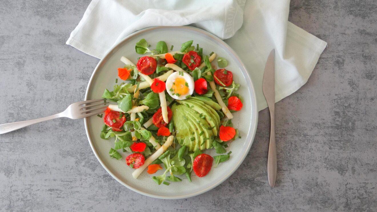 Salade met asperges en vlierbloesemdressing
