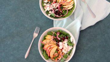 . In de salade zit ook nog uitgebakken spekjes, walnoten en fetakaas verwerkt.