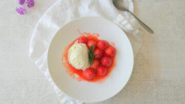 Geflambeerde aardbeien met vanille-ijs