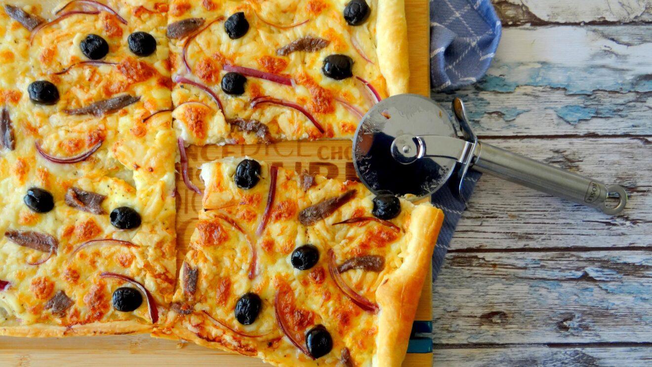 Plaattaart met kaas en zwarte olijven