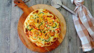 Bloemkool pizza met garnalen en maïs
