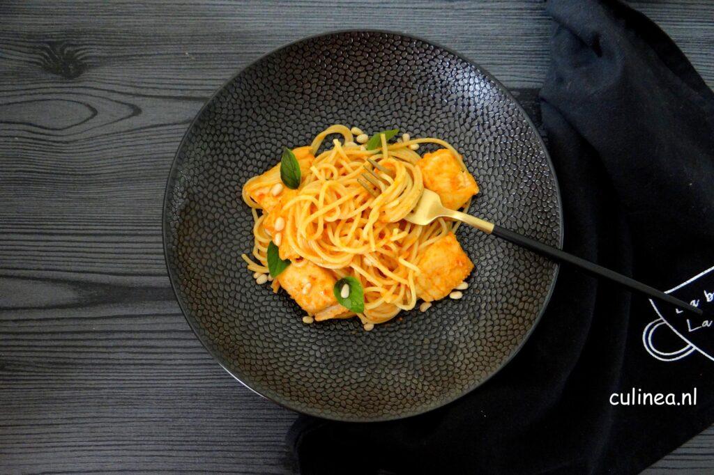 Spaghetti met vis en paprikasaus