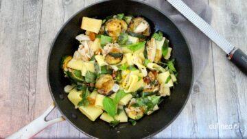 Pasta met courgette, makreel en basilicum