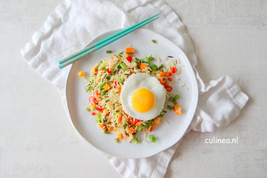Gebakken rijst met groenten en ei