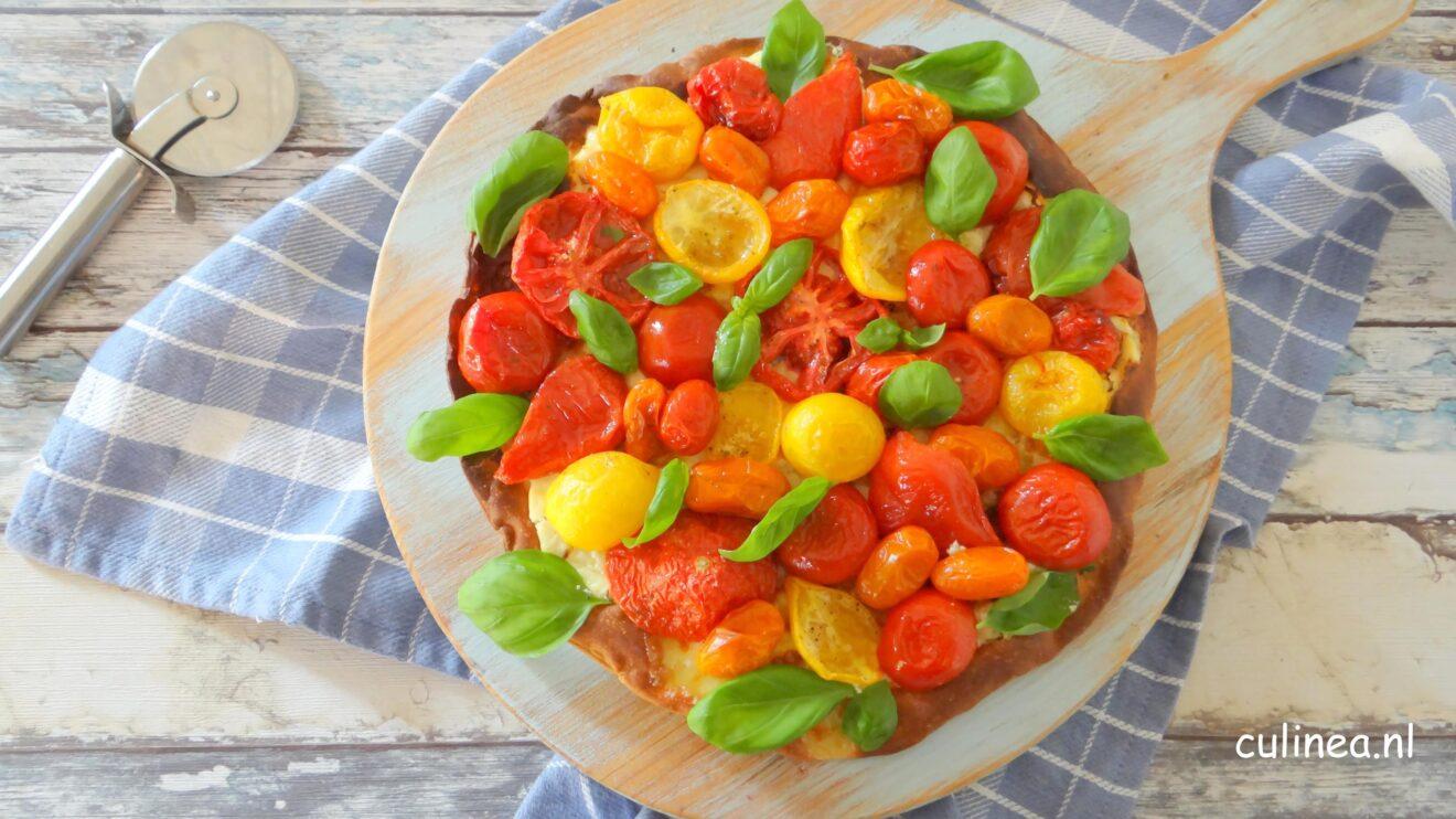 Pizza met ricotta en tomaten