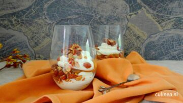 Cheesecake met karamel in een glas