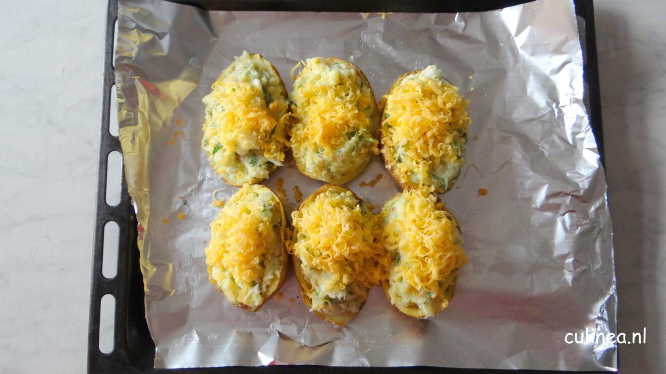 Gepofte aardappelen gevuld met kabeljauw